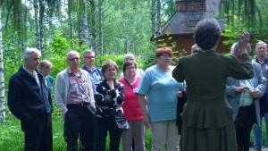 Sukukokouksen retken osanottajia ja opas ruukkimiljöössä