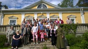 Sukukokouksen retken osanottajia Juankoskella ruukinkartanon edustalla.